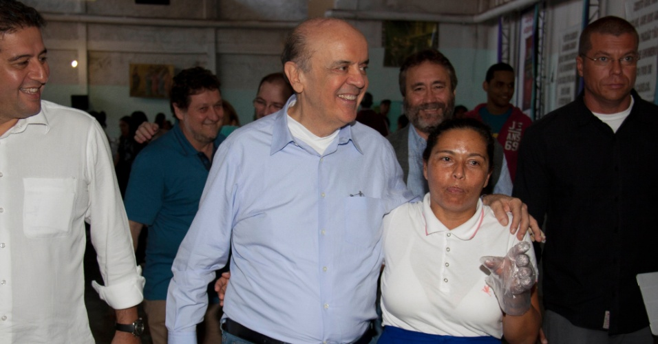 17.jun.2012 - O pré-candidato do PSDB à Prefeitura de São Paulo, José Serra, visitou neste sábado (16) a Associação dos Trabalhadores Sem Terra, na Lapa, zona oeste de São Paulo, onde se reuniu com integrantes do movimento e com estudantes do projeto Educar para Vida