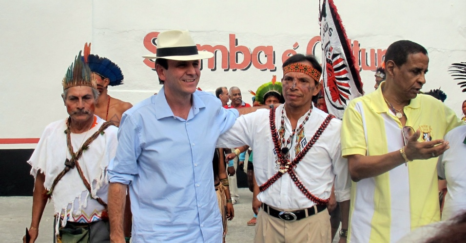 17.jun.2012 - O prefeito do Rio de Janeiro e candidato à reeleição, Eduardo Paes (PMDB), participa de encontro com índios da tribo Karí-Oca durante a Rio+20. Na semana passada o PSDB entrou na justiça contra Paes e Lula, por campanha antecipada