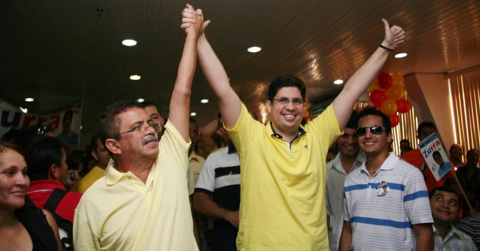 16.jun.2012 - Hissa Abrahão (de amarelo) confirma sua pré-candidatura à Prefeitura de Manaus pelo PPS ao lado de militantes do partido