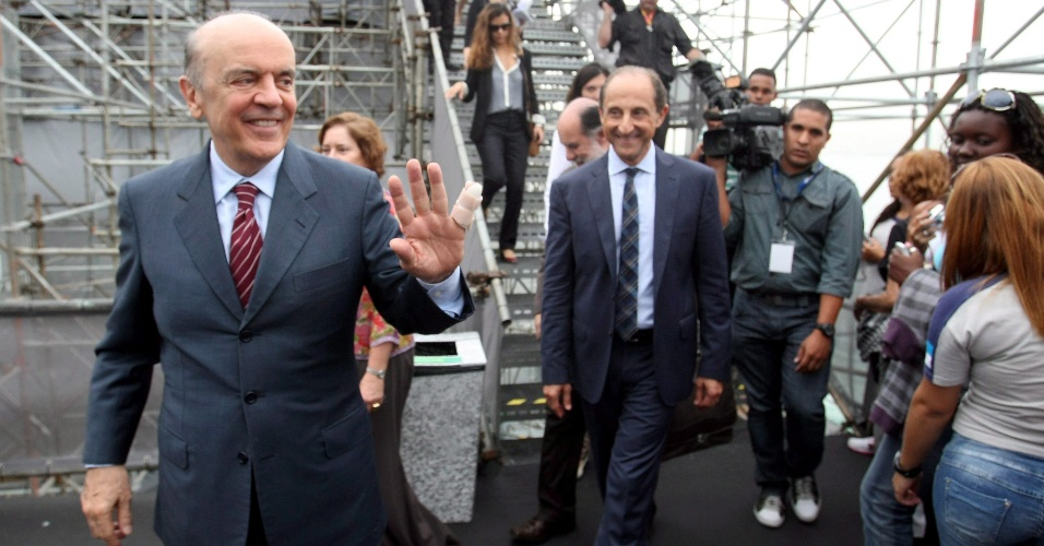 19.jun.2012 - O pré-candidato do PSDB à Prefeitura de São Paulo, José Serra, visita a exposição Humanidade 2012, evento faz parte da Rio+20, no Forte de Copacabana. Ele criticou o 'vale-tudo' na busca por tempo de TV, referindo-se à aliança PT/PP, mas seu partido chegou a conversar com Maluf antes do pepista fechar o acordo com o PT
