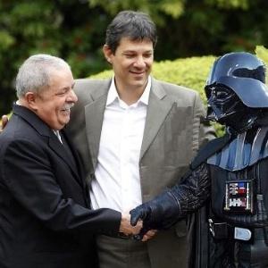 21.jun.2012 - A aliança entre o PT e o PP de Paulo Maluf em São Paulo também foi alvo de piadas. Os internautas brincaram ao dizer que Lula foi para o lado negro da