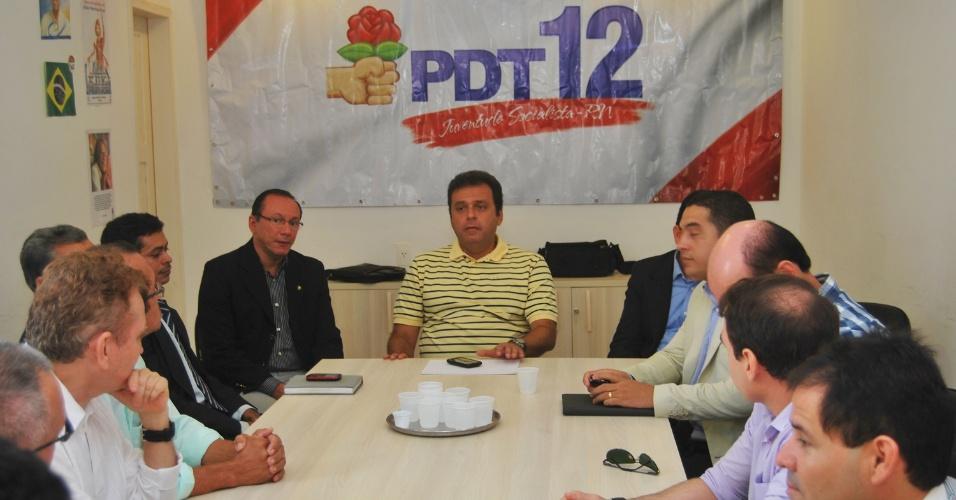 21.jun.2012 - O pré-candidato do PDT à Prefeitura de Natal, Carlos Eduardo, participa de reunião com representantes do PRB, na qual o partido declarou apoio à sua chapa. Agora o PDT já soma oito partidos no seu arco de alianças