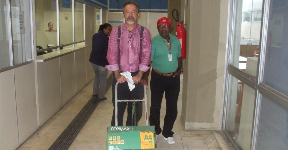 21.jun.2012 - Raul Jungmann, pré-candidato do PPS à Prefeitura do Recife, busca documentos na prefeitura obtidos com base na Lei de Acesso às Informações Públicas