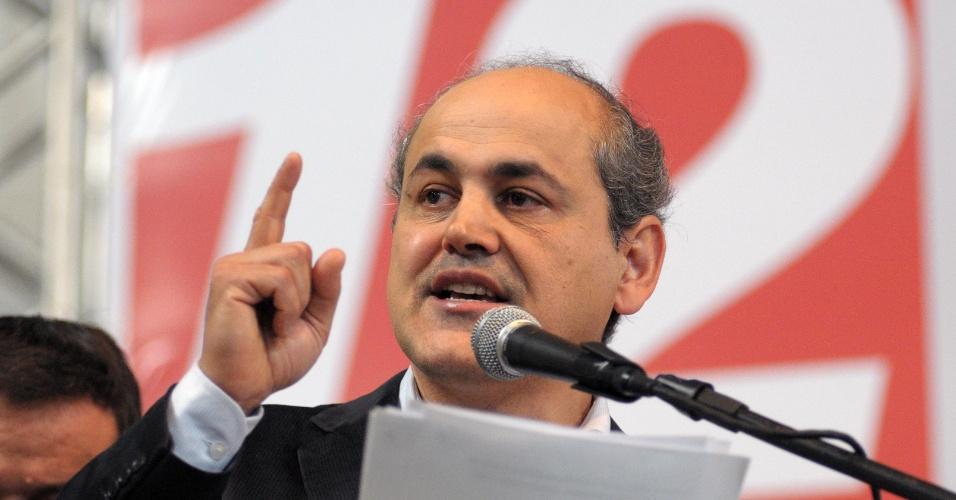 23.jun.2012 - Gustavo Fruet (PDT) discursa durante a convenção do partido que lançou sua candidatura à Prefeitura de Curitiba