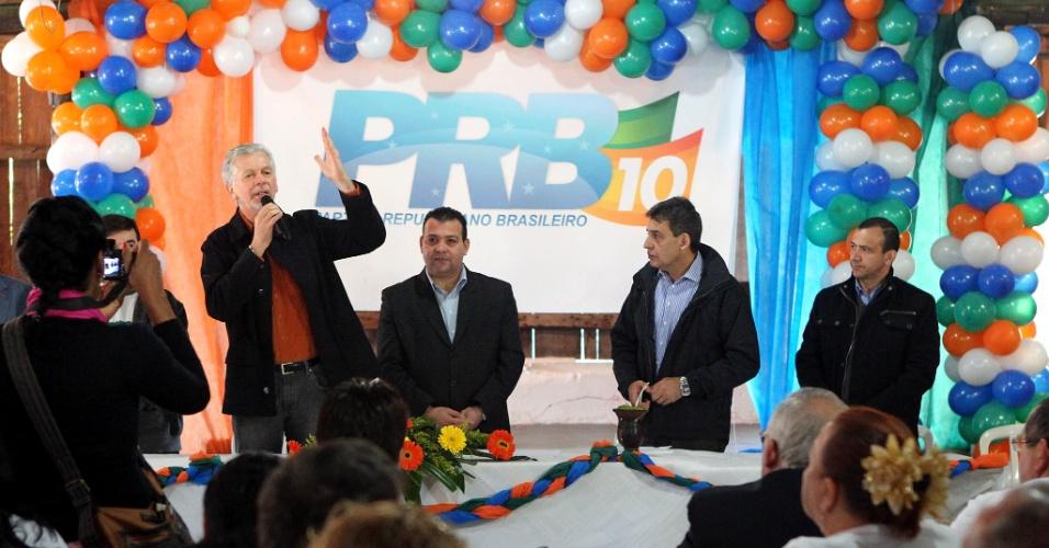 23.jun.2012 - O prefeito de Porto Alegre, José Fortunati (PDT), recebeu o apoio do PRB à sua candidatura para a reeleição durante convenção do partido