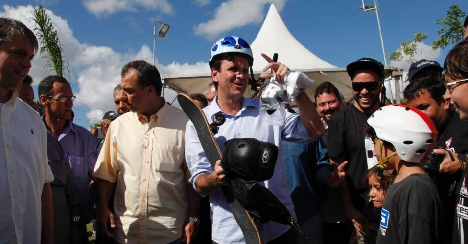 23.jun.2012 - O prefeito do Rio de Janeiro, Eduardo Paes (PMDB), de capacete, participou da inauguração do parque Madureira, no Rio, ao lado do governador Sérgio Cabral (PMDB)