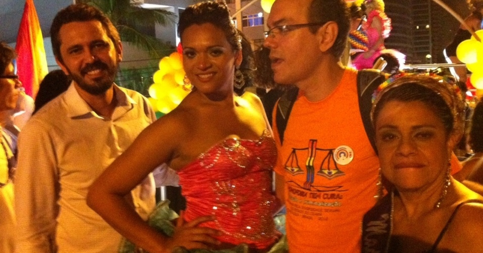 24.jun.2012 - Elmano de Freitas (PT) participou da Parada pela Diversidade Sexual de Fortaleza. Na foto, ele posa ao lado de Desiree (presidente da associação dos homossexuais do município de Guaiúba) e Francisco Pedrosa (presidente do Grupo Asa Branca)