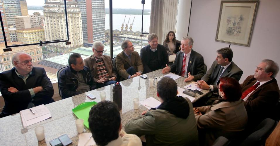 25.jun.2012 - O candidato José Fortunati se reúne com seu vice Sebastião Melo e outras lideranças políticas para definir o plano de governo de sua campanha à reeleição