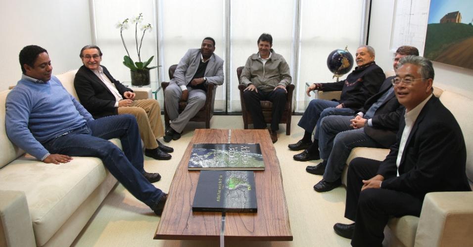 25.jun.2012 - O PC do B de Netinho de Paula (no centro à esq.) anunciou o apoio à candidatura de Fernando Haddad (no centro à dir.), do PT, à Prefeitura de São Paulo. Netinho ficou