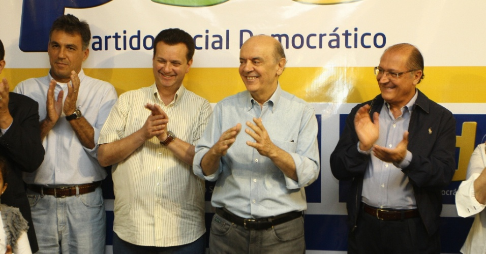 12.mai.2012 - O presidente nacional do PSD, Gilberto Kassab (segundo da esquerda para a direita), ao lado dos tucanos José Serra, pré-candidato à Prefeitura de São Paulo, e Geraldo Alckmin, governador do Estado, no anúncio do apoio do PSD à chapa do PSDB na capital paulista