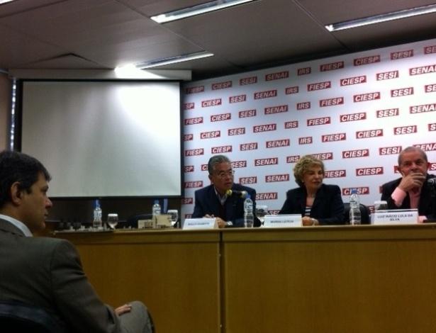 26.jun.2012 - Fernando Haddad acompanha o ex-presidente Luiz Inácio Lula da Silva na apresentação do projeto do Memorial da Democracia. O projeto foi apresentado na sede da Fiesp, em São Paulo