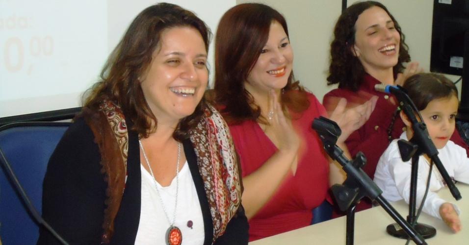 27.jun.2012 - A pré-candidata do PSTU à Prefeitura de Belo Horizonte, Vanessa Portugal (à esquerda), participa da convenção do partido que oficializou seu nome para a disputa municipal de outubro pela sexta vez, ao lado das candidatas à câmara municipal da cidade Andréa Ferreira (no centro), e Mariah de Mello