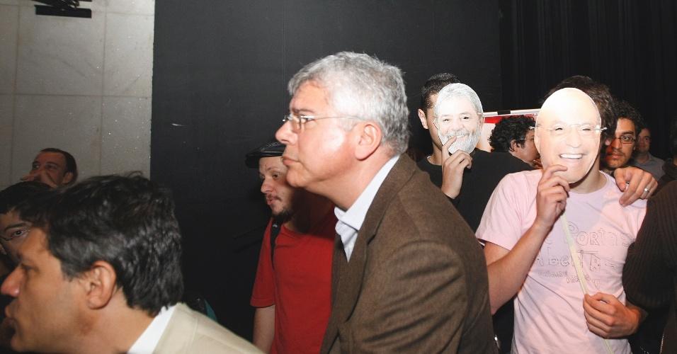 28.jun.2012 - Fernando Haddad enfrentou protestos da juventude do PSOL em evento realizado pela Rede Nossa São Paulo. Os jovens apareceram com máscaras de Haddad, Maluf e Lula contra a aliança entre PT e PP