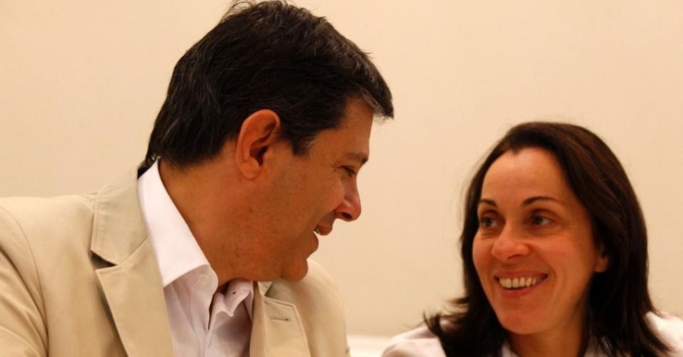 """28.jun.2012 - Fernando Haddad (PT) apresentou à imprensa a vice de sua chapa, Nádia Campeão, em um hotel de São Paulo. Após negociações com PC do B e PSB, o petista deu preferência à Nádia por """"ser mulher e competente"""", segundo ele"""