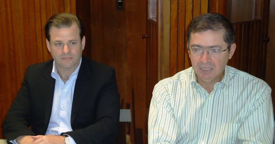 29. jun. 2012 - Leonardo Quintão (PMDB) e Délio Malheiros (PV) durante coletiva que selam pacto de não agressão