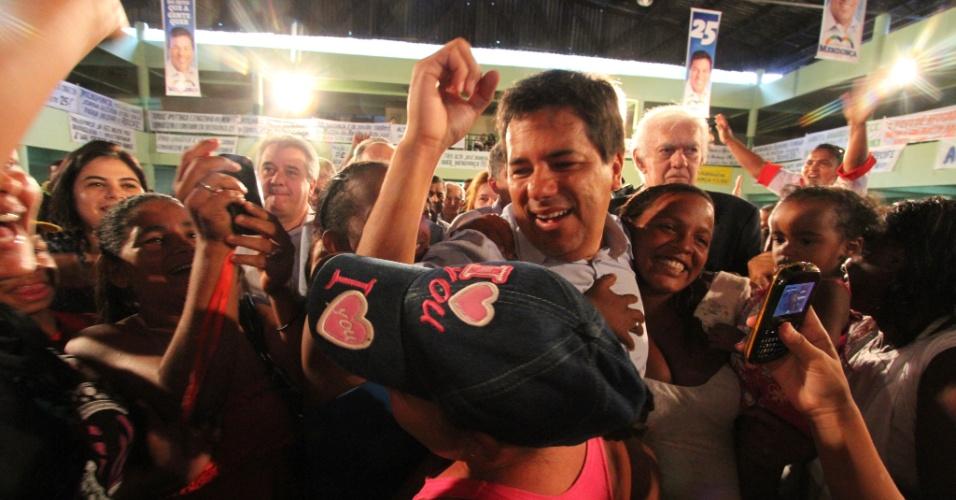 29.jun.2102 - O deputado federal do DEM, Mendonca Filho, com correligionários na convenção que oficializoua sua candidatura à Prefeitura do Recife, no Clube Português, no bairro das Graças, zona norte
