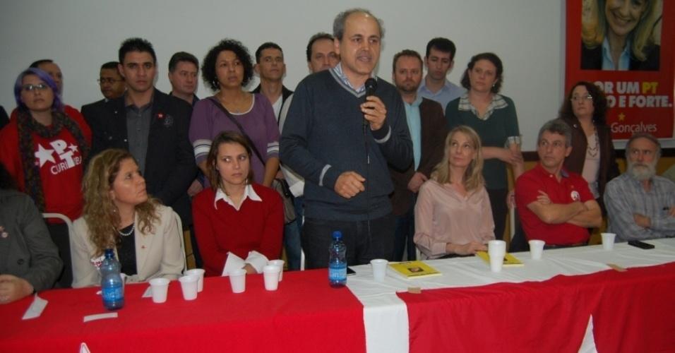 30.jun.2012 - Gustavo Fruet (PDT) discursa durante a convenção do PT que ratificou o apoio da legenda à sua candidatura