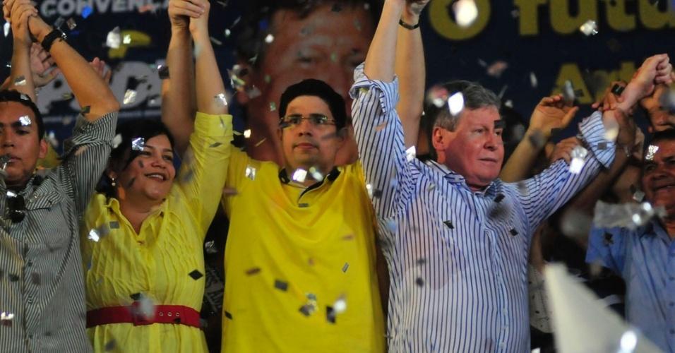 30.jun.2012 - O ex-senador Arthur Virgílio (de camisa azul) durante convenção do PSDB em Manaus