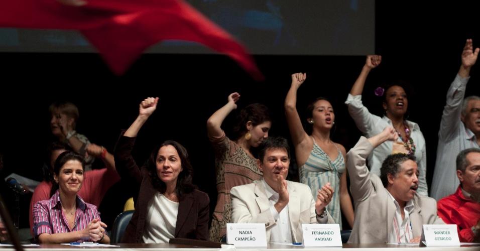 30.jun.2012 - O pré-candidato do PT à Prefeitura de São Paulo, Fernando Haddad (centro), e a vice de sua chapa, Nádia Campeão (de camiseta branca), do PC do B, participam da convencão dos comunistas
