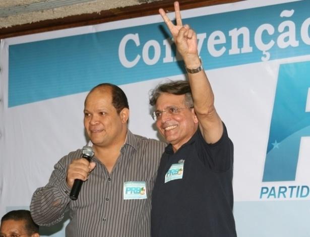 30.jun.2012 - Pauderney Avelino (DEM), candidato à Prefeitura de Manaus, ao lado do bispo Ivo de Assis (PRB), vice na chapa do Democrata