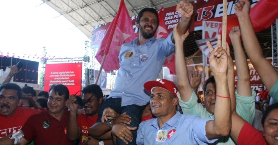 30.jun.2012 - Elmano de Freitas (PT) teve sua candidatura à Prefeitura de Fortaleza oficializada. Ao final do evento, o candidato foi carregado pelos militantes