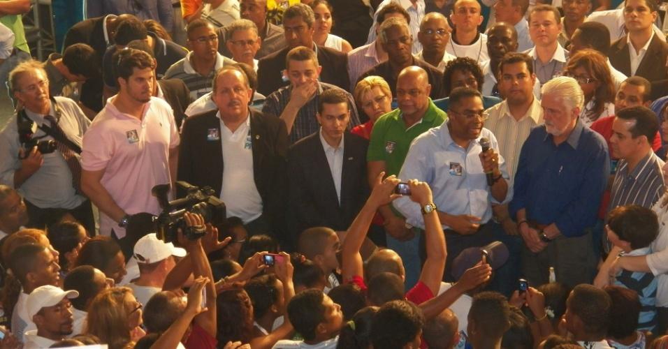 30.jun.2012 - O PRB de Salvador homologou a candidatura de Márcio Marinho (de camisa azul clara) à prefeitura. O candidato estava acompanhado do vice, Beraldo Damasceno (de camisa verde), e do governador da Bahia, Jaques Wagner