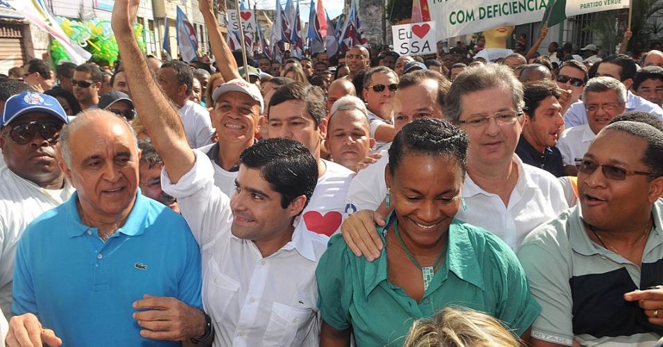 2.jul.2012 - O pré-candidato do DEM à Prefeitura de Salvador, ACM Neto, participa do desfile do feriado de Dois de Julho, em Salvador, ao lado da pré-candidata a vice na chapa, Célia Sacramento
