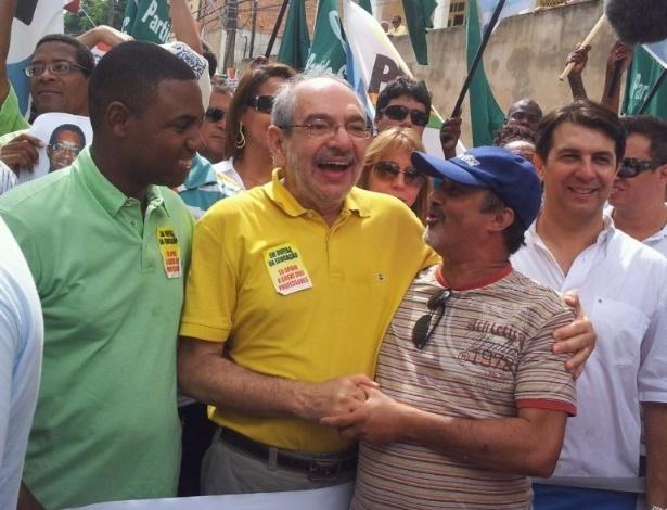 2.jul.2012 - Pré-candidato do PMDB à Prefeitura de Salvador, Mário Kertész, participa do desfile de Dois de Julho na capital baiana