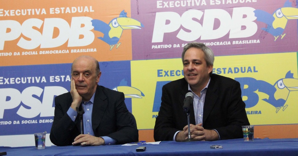 2.jul.2012 - Pré-candidato tucano à Prefeitura de São Paulo, José Serra(esq.), e o seu vice, Alexandre Schneider (PSD), concedem entrevista coletiva na sede estadual do PSDB na capital paulista