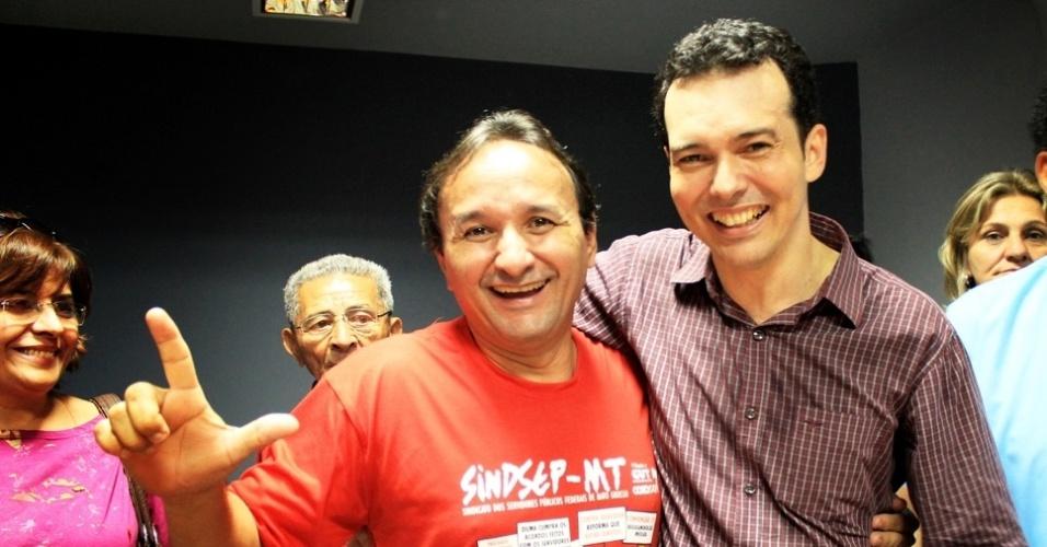 30.jun.2012 - O pré-candidato do PT à Prefeitura de Cuiabá, Lúdio Cabral (dir.), posa ao lado de militantes durante convenção do partido, realizada no último sábado (30)
