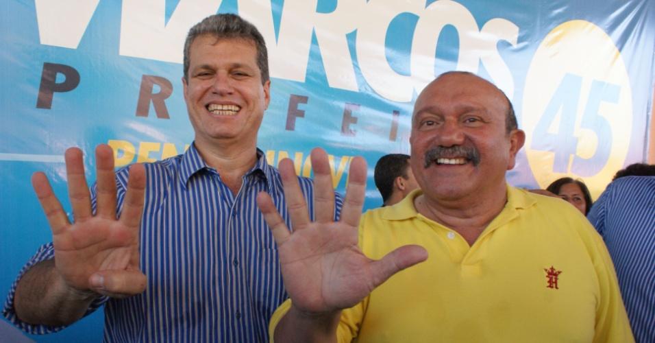30.jun.2012 - Pré-candidato do PSDB à Prefeitura de Fortaleza, Marcos Cals (esq.), posa ao lado do vice na chapa, Fernando Hugo (dir.), durante a convenção do PSDB em Fortaleza, realizada no último sábado (30)