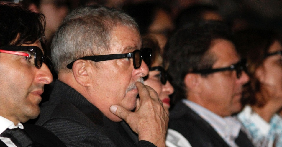 03.07.2012 - O ex-presidente Luiz Inácio Lula da Silva (com óculos 3D), assiste à exibição do filme