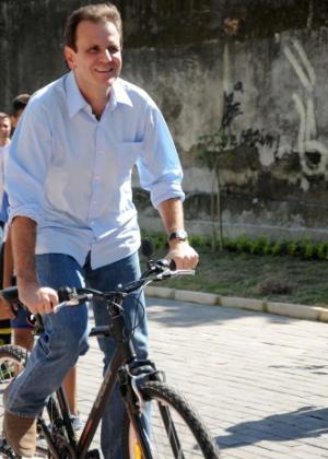 3.jul.2012 - O prefeito do Rio de Janeiro e candidato à reeleição, Eduardo Paes (PSOL), chega de bicicleta a evento de inauguração da canalização dos primeiros rios da Macrodrenagem da Bacia de Jacarepaguá, nesta terça-feira (3).