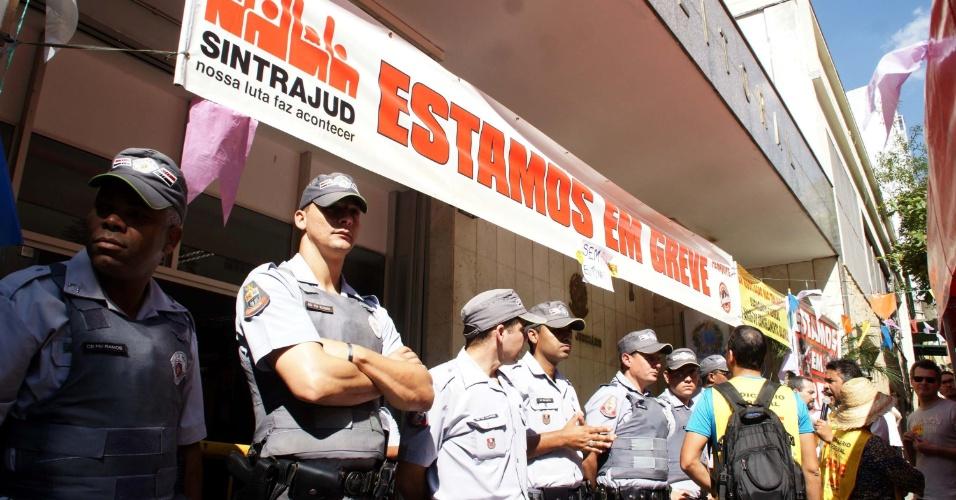 4.jul.2012 - Funcionários do TRE de São Paulo, em greve há 12 dias, mantém paralisação nesta quarta-feira (4), último dia do prazo de registro de candidaturas para as eleições deste ano. Os TREs de outros 18 Estados também estão em greve