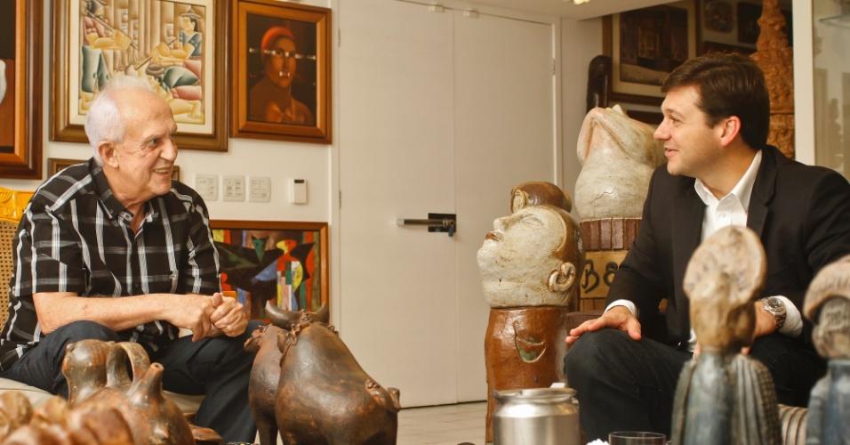 4.jul.2012 - Senador Jarbas Vasconcelos (PMDB) conversa com o pré-candidato do PSB à Prefeitura do Recife, Geraldo Júlio. O peemedebista se comprometeu a atuar na campanha do socialista na capital pernambucana