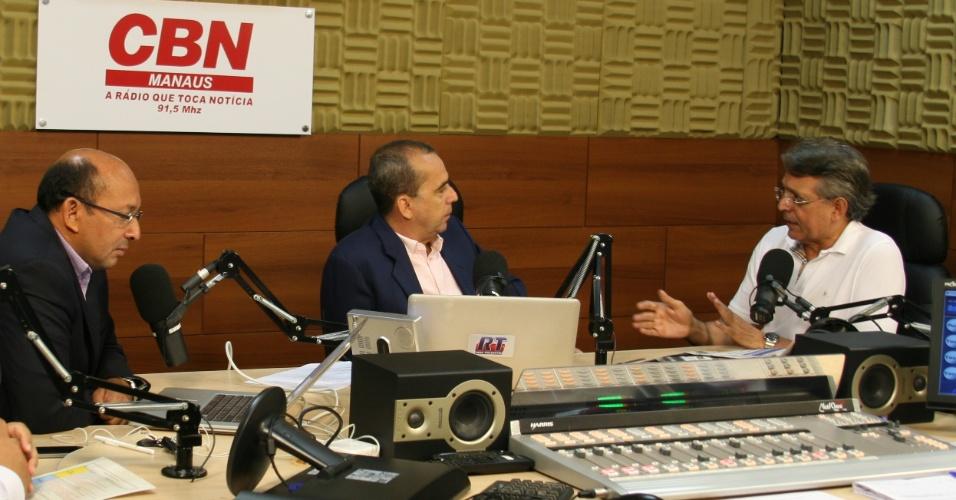 """5.jul.2012 - O pré-candidato do DEM à Prefeitura de Manaus, Pauderney Avelino, concede entrevista à rádio """"CBN Manaus"""" na manhã desta quinta-feira (5)"""