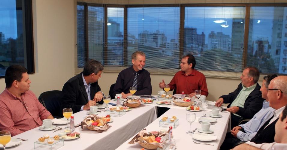 5.jul.2012 - Pré-candidato à reeleição para a Prefeitura de Porto Alegre, José Fortunati (PDT) toma café da manhã com a diretoria do Sindicato dos Engenheiros do Rio Grande do Sul