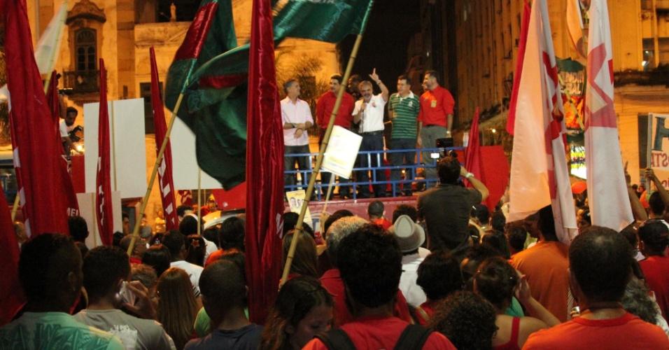 06.jul.2012 - Ao lado do ex-prefeito João Paulo, o candidato do PT no Recife, Humberto Costa, faz comício de lançamento na Praça da Independência, centro da cidade
