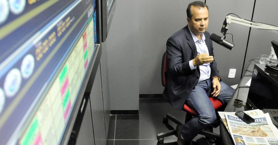 """6.jul.2012 - O candidato a prefeito de Natal Rogério Marinho (PSDB) dá entrevista no rádio, ao """"Clube Notícia"""""""