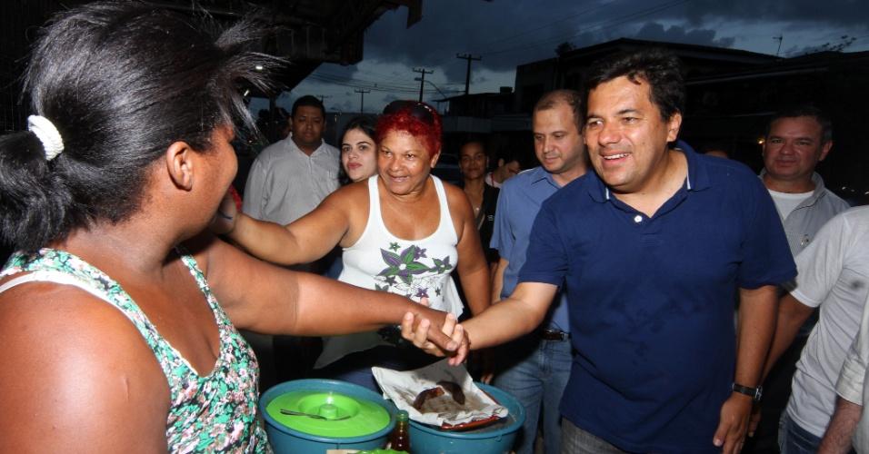 06.jul.2012 - O candidato à Prefeitura do Recife Mendonça Filho (DEM) faz caminhada no bairro do Imbura, na periferia da cidade