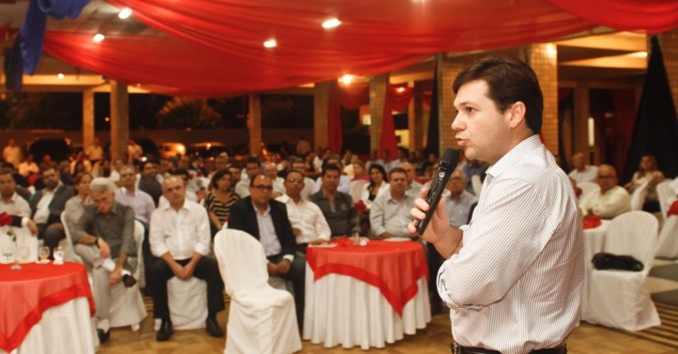 5.jul.2012 - Candidato do PSB à Prefeitura do Recife, Geraldo Julio discursa em festa do Clube dos Oficiais de Pernambuco