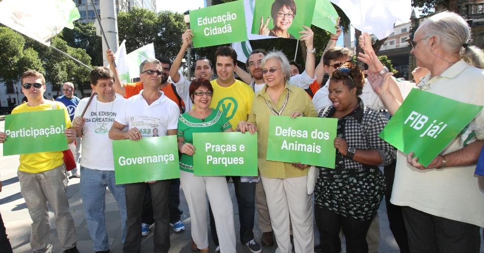 6.jul.2012 - A candidata do PV à Prefeitura do Rio, Aspásia Camargo, organizou passeata com militantes no centro histórico da cidade