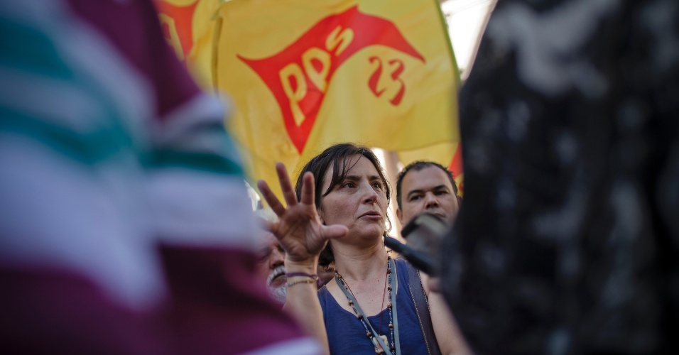 6.jul.2012 - Candidata do PPS à Prefeitura de São Paulo, Soninha Francine, conversa com eleitores durante caminhada no centro da cidade