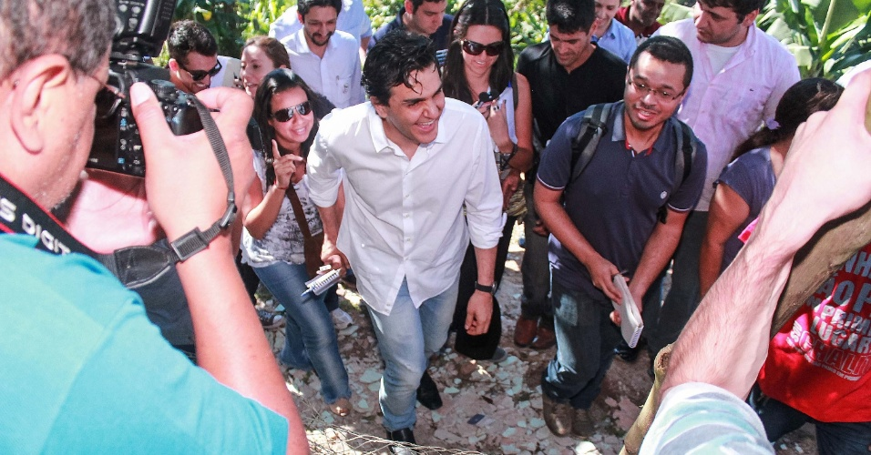 6.jul.2012 - Candidato do PMDB à Prefeitura de São Paulo, Gabriel Chalita, começou sua campanha com uma caminhada por um lixão na Chácara Bananal, zona sul da cidade