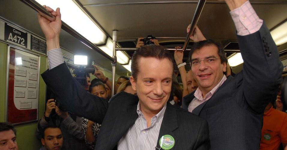 6.jul.2012 - Candidato do PRB à Prefeitura de São Paulo, Celso Russomanno, chega de metrô na praça da Sé para caminhada no centro da cidade, que marcou o início da sua campanha eleitoral