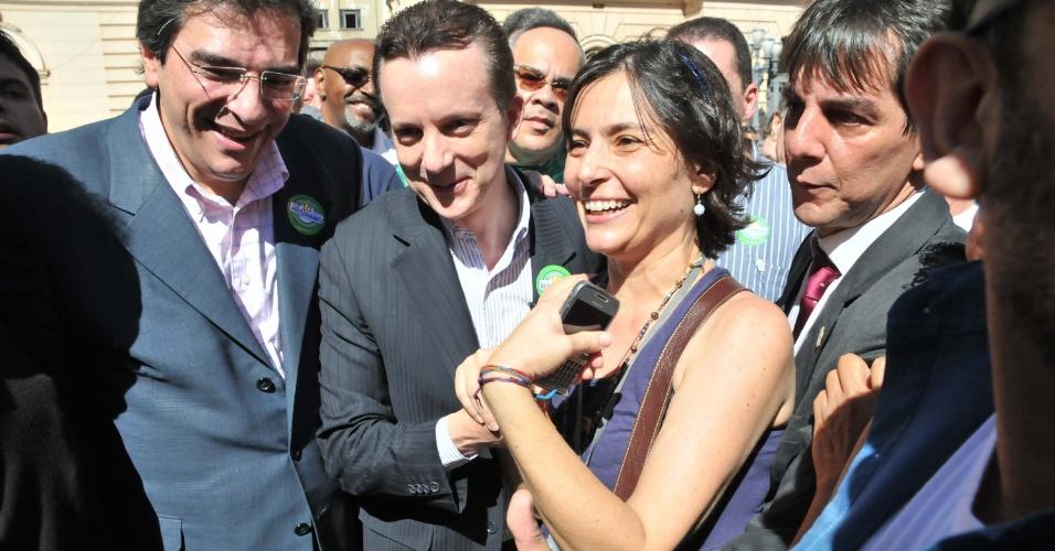 6.jul.2012 - Candidato do PRB à Prefeitura de São Paulo, Celso Russomanno, encontra a candidata do PPS, Soninha Francine, durante o início da campanha eleitoral em visita ao Pateo do Collegio, centro da cidade