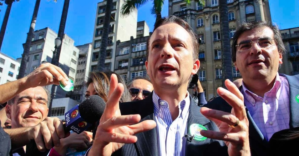 6.jul.2012 - Candidato do PRB à Prefeitura de São Paulo, Celso Russomanno, inicia sua campanha em caminhada no Marco Zero da cidade, na Praça da Sé