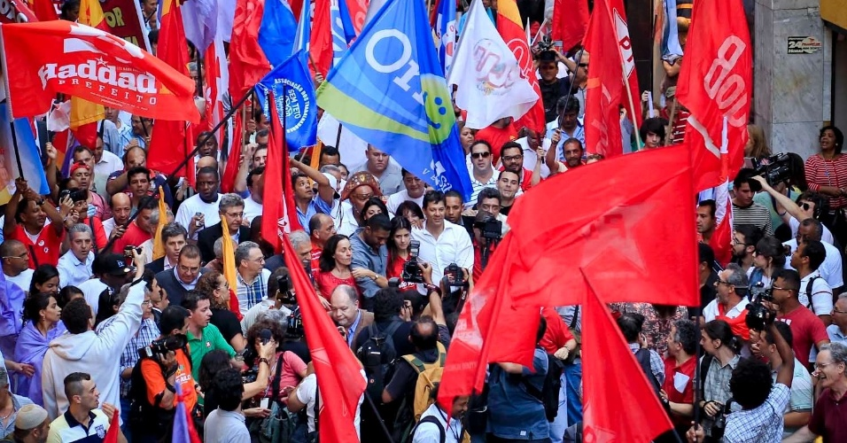 6.jul.2012 - Candidato do PT à Prefeitura de São Paulo, Fernando Haddad, inicia sua campanha eleitoral com uma caminhada na praça do Patriarca (centro)