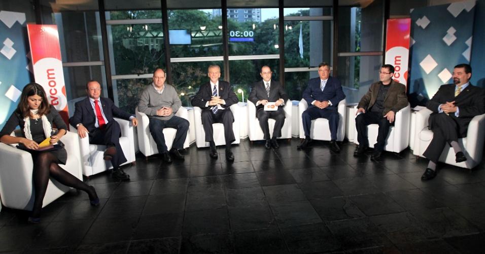 """6.jul.2012 - Candidatos à Prefeitura de Porto Alegre participam do primeiro debate promovido pela """"Rádio Gaúcha"""" e pela """"TVCOM"""". Na ordem da esquerda para a direita: Manuela D'Ávila (PC do B), Adão Villaverde (PT), Érico Correa (PSTU), José Fortunati (PDT), André Machado (mediador), Jocelin Azambuja (PSL), Roberto Robaina (PSOL) e Wambert Di Lorenzo (PSDB)"""
