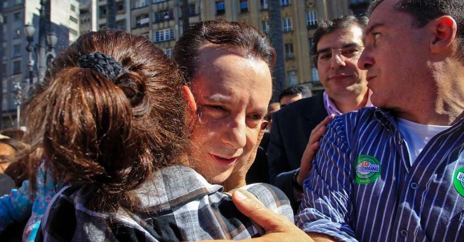 6.jul.2012 - Celso Russomanno, candidato do PRB à Prefeitura de São Paulo, abraça eleitora durante caminhada na Praça da Sé, no centro da capital paulista